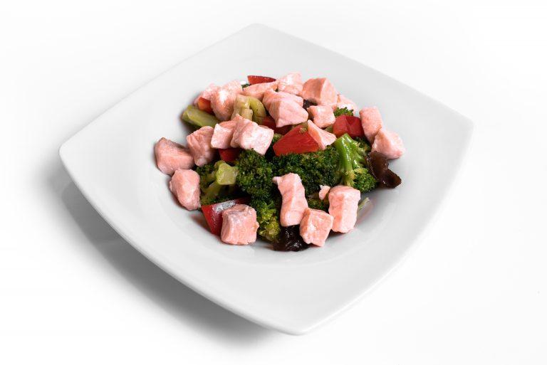 120 Салат з лососем, броколі, болгарським перцем та кисло-солодкою заправкою